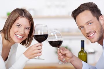 lachendes paar mit rotwein