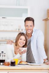 glückliches junges paar beim frühstück