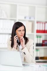 ernste geschäftsfrau am telefon