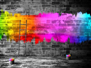 eine graue, triste Mauer mit bunter Farbe bemalt