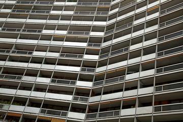 Balkons an einem modernen Mehrfamilienhaus in Paris, Frankreich