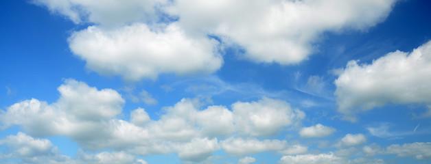 Panorama di cielo azzurro e nuvole