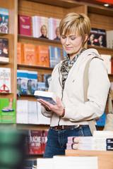 Frau in Buchhandlung
