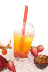 Bubble Tea gelb mit roten und weissen Perlen