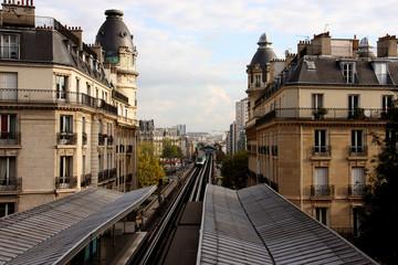 Métro aérien à la station Passy à Paris