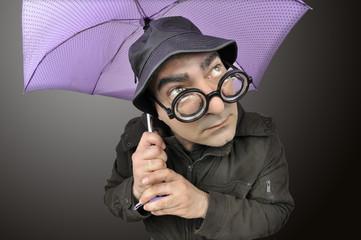 Resguardándose bajo un paraguas.