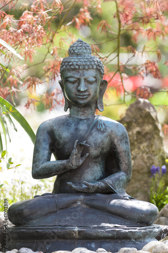 buddha statue im garten stockfotos und lizenzfreie. Black Bedroom Furniture Sets. Home Design Ideas
