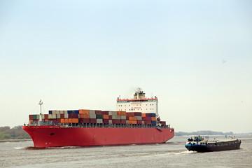 Containerschiff und Binnenfrachtschiff auf der Elbe bei Blankene