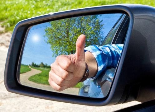 Autofahrer mit Daumen nach oben