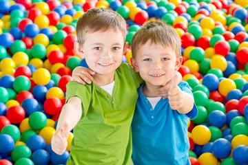 Fototapeta dwaj chłopcy w kulkach 8 obraz