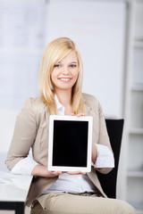 junge frau zeigt tablet-pc