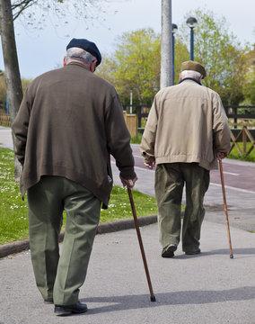 Ancianos caminando con bastón
