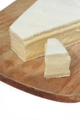 brie_formaggio su sfondo bainco