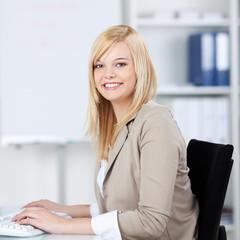 junge frau arbeitet im büro