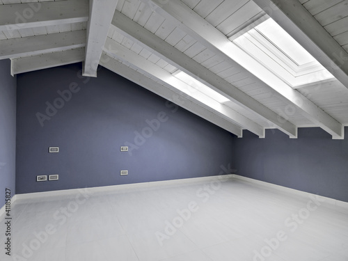 Stanza vuota con pareti colorate di viola nel sottotetto for Immagini di pareti colorate