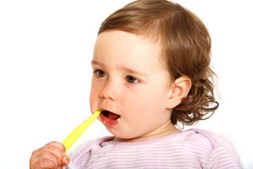 Kleinkind putzt sich die Zähne