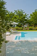 piscina scoperta e arredamento da esterno