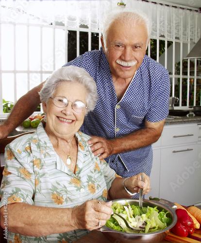 Se ores abuelos cocinando en una cocina comiendo ensalada - Nonne in cucina ...