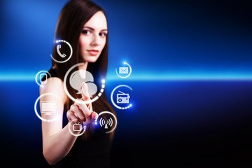 junge Frau drückt Chat-Button