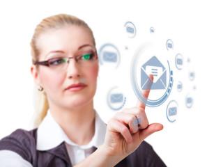 junge blonde Frau drückt auf Mail-Button