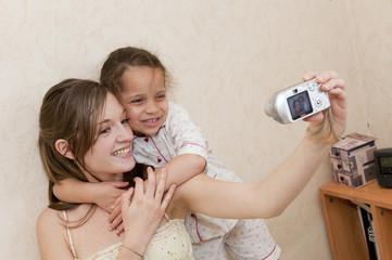 Maman et sa fille jouant avec un appareil photo