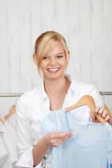 junge blonde frau beim einkaufen