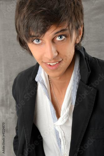 Portrait d 39 un jeune homme brun aux yeux bleus photo libre de droits sur la banque d 39 images - Brun au yeux bleu ...