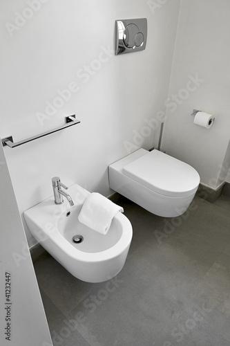 """""""sanitari di ceramica bianca in un bagno moderno"""" Immagini e Fotografie Royalty Free su Fotolia ..."""