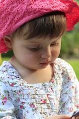 bimba bambina gioca in giardino