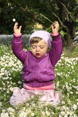 bambina fiori natura gioco