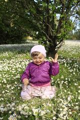 bimba bambina gioca con fiori