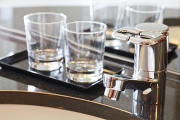 洗面所の蛇口/背景:ガラスコップ2個