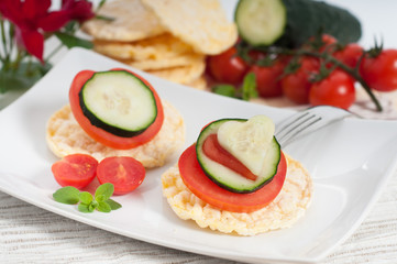 Corn crackers with tomatoes and cucumber_ Gallette di mais