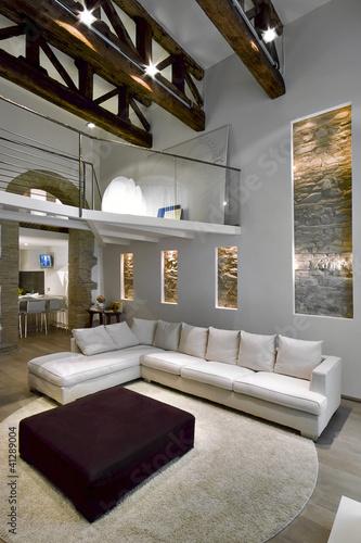soggiorno moderno con soppalco e capriate di legno Stock photo and ...