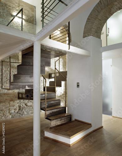 Scala di legno e ferro nel in soggiorno immagini e for Arredare pianerottolo scale