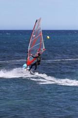 la mer avec une planche à voile
