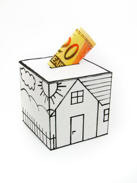 Cofre para compra de casa com nota de vinte reais.