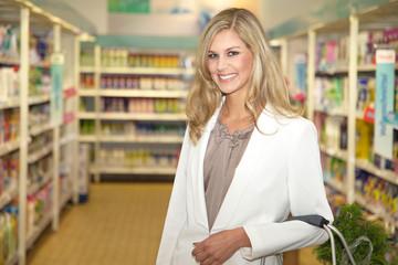 Junge Frau im Einkaufs Zentrum lächelt freundlich