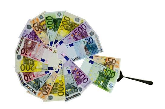 Geldscheine als Kreisdiagramm mit Kuchenheber