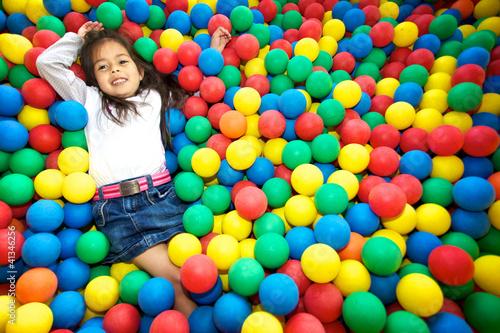 Enfant jouant dans une piscine a balles photo libre de for Piscine xs prix