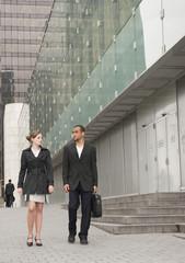 2 collègues marchant dans un quartier d'affaires