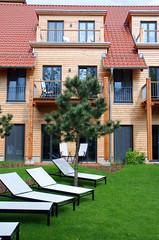 Haus mit Garten und Liegestühlen