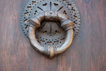 Aldaba de hierro en puerta de madera antigua