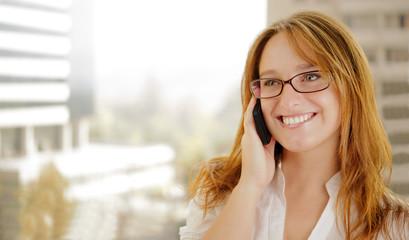 Mujer de negocios habla por telefono