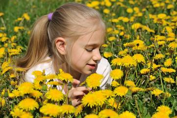 Девочка в желтых одуванчиках