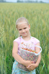 Девочка в поле. Ведро ягод в руках.