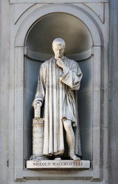 Niccolo Machiavelli Statue Florenz