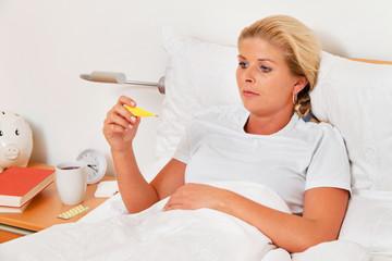 Bildergebnis für blonde junge Frau mit Grippe im Bett