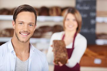 lächelnder kunde in der bäckerei