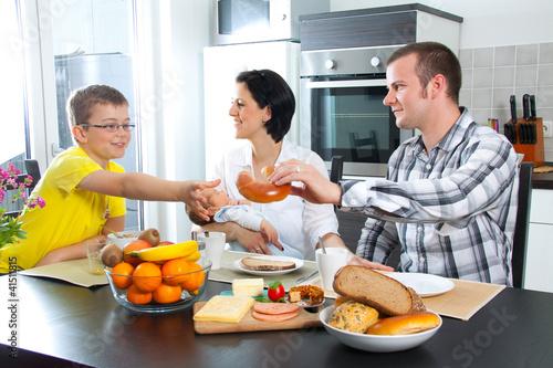 """""""Junge Familie sitz am Eßtisch"""" Stockfotos und lizenzfreie ..."""